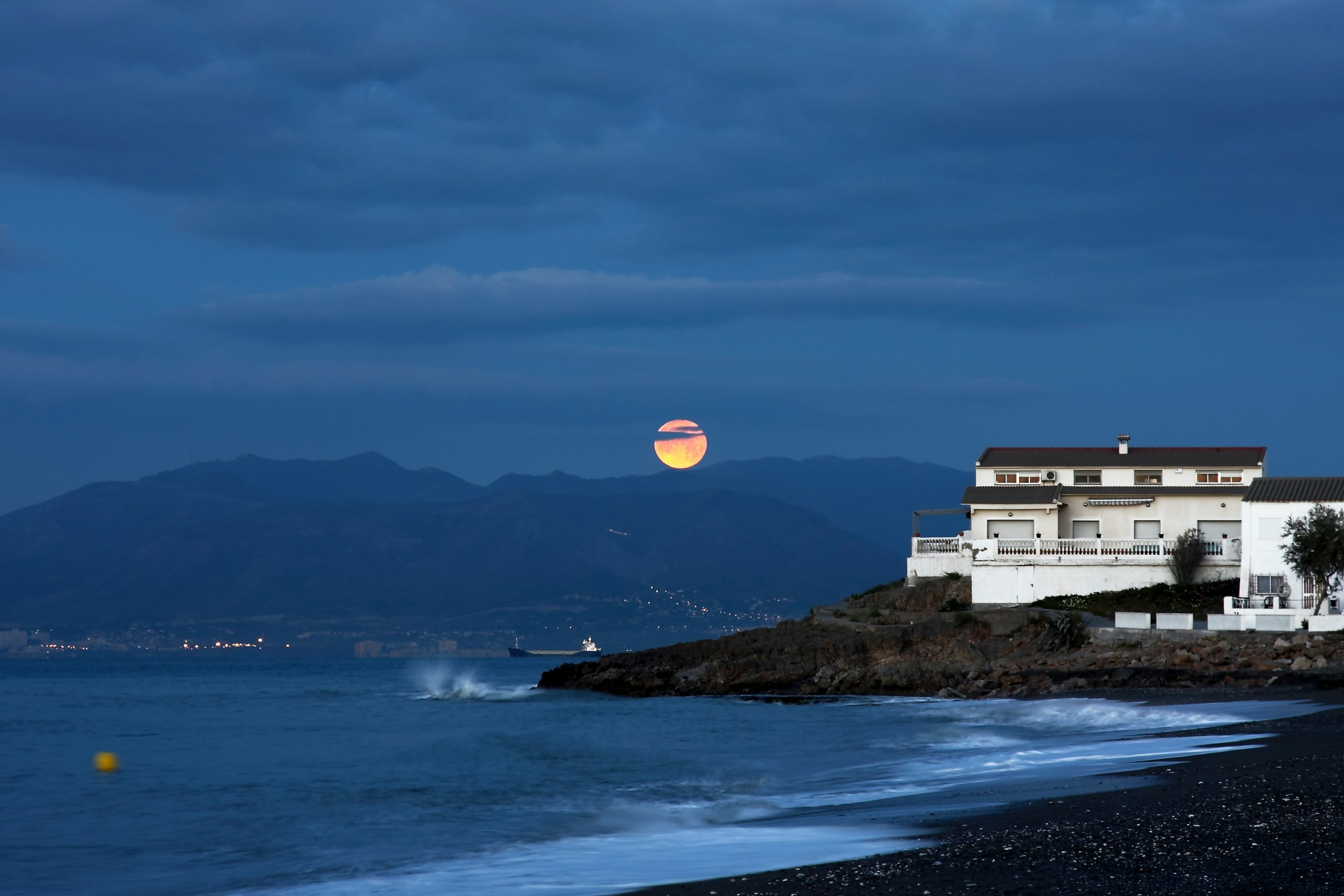 An image of a shoreside house in Spain